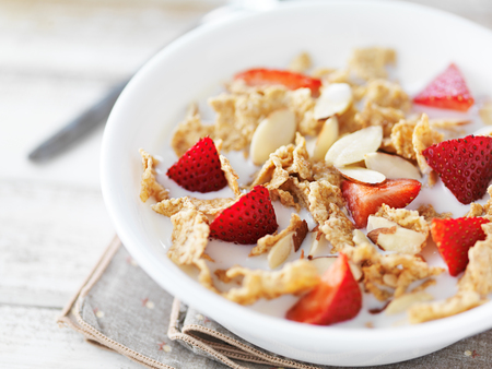 cereal: plato de cereal con fresas y almendras Foto de archivo