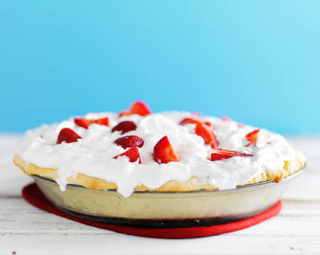 strawberry and whipped cream pie with shortcake crust 版權商用圖片