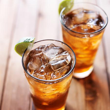 té helado: dos vasos de té helado con rodajas de limón en la mesa de madera close up
