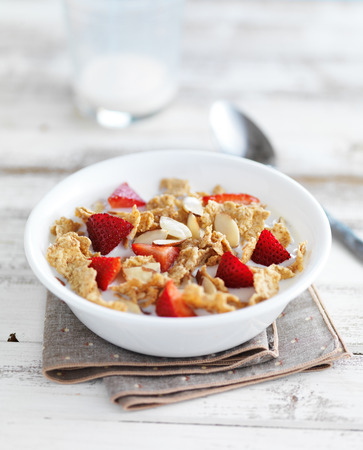 m�sli schale: breakfast cereal bowl with sliced almonds and chopped strawberries