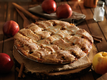 추수 감사절 스타일의 소박한 사과 파이 스톡 콘텐츠