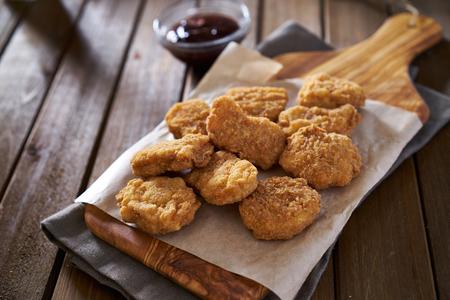 nuggets pollo: pila de refrigeraci�n crujiente nuggets de pollo al horno hecha en casa