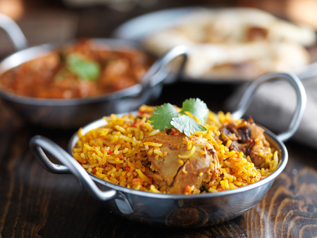 carne de pollo: plato de Balti con pollo biryani indio y curry en el fondo Foto de archivo