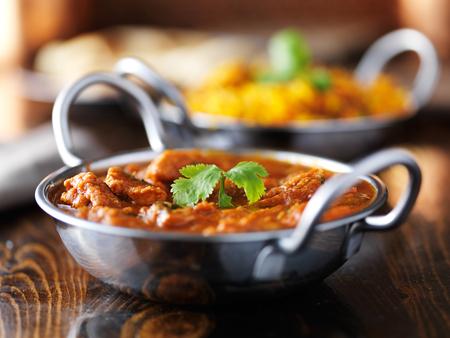 mantequilla: indio curry de pollo de mantequilla en el plato de Balti Foto de archivo