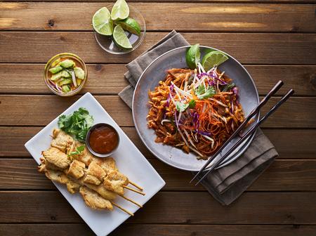 쇠고기 패드 태국어와 닭 satay 저녁 식사 위에서 볼