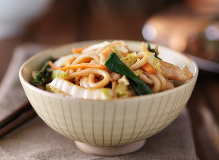 lo mein: bowl of chinese chicken lo mein Stock Photo