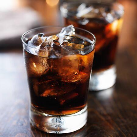 gaseosas: dos tazas de refresco de cola fría con hielo pop