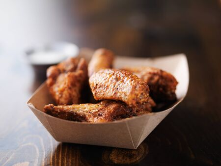 carton: alitas de pollo barbacoa en la bandeja de papel