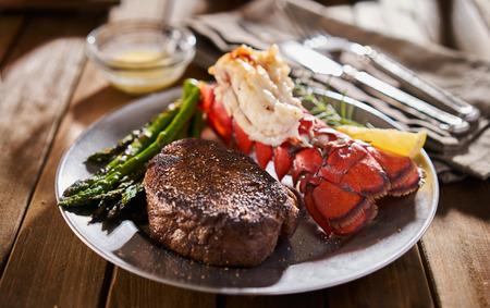 저녁 식사를 접시에 아스파라거스와 맛 서핑 및 잔디 스테이크와 랍스터 식사
