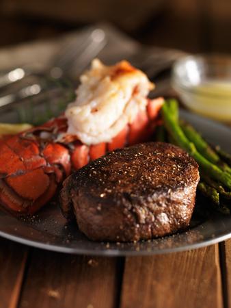 pasto con bistecca e coda di aragosta da vicino