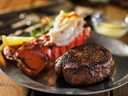 surf & turf steak & kreeft eten Stockfoto