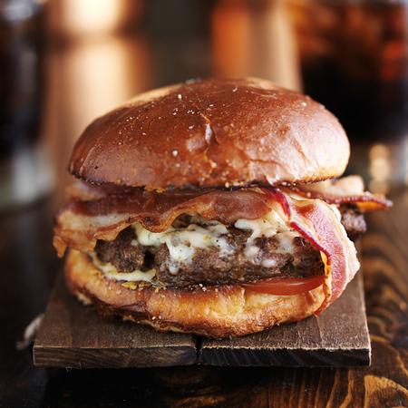 hamburguesa: grande jugosa hamburguesa con tocino y queso fundido Pepper Jack Foto de archivo