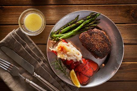 shora dolů zpětný pohled na steak a humra večeři