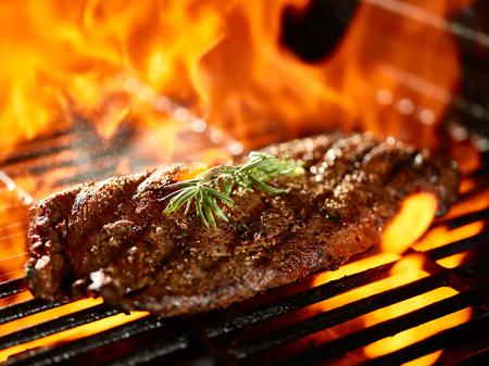 carne asada: asar un filete jugoso plancha a fuego abierto