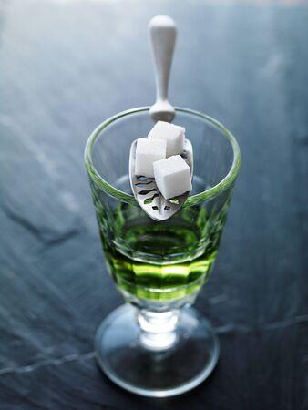 ajenjo: ajenjo en vidrio pontarlier con la cuchara y terrones de azúcar