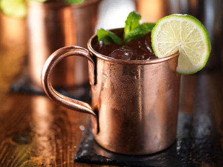 moscow mule cocktail on wooden table close up 版權商用圖片
