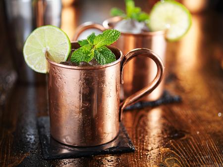 Moscow Mule Cocktail in Kupferschale mit Minze und Kalk Garnitur Standard-Bild - 53074786