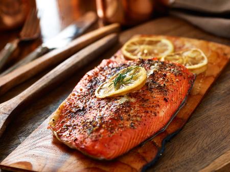 cedar plank salmon with dill and lemon Imagens - 52997062