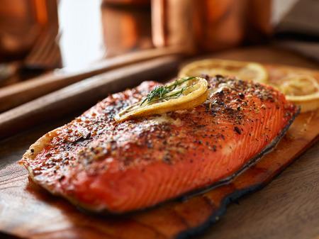 salmone cotto con la tecnica plancia del cedro