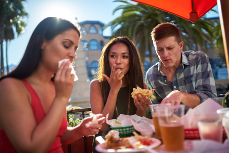 Freunde zusammen essen im sonnigen Kalifornien zu essen