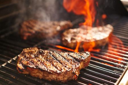 불타는 그릴을 요리하는 스테이크