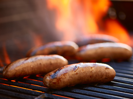 chorizos asados: asar salchichas bratwurst sobre la parrilla en llamas