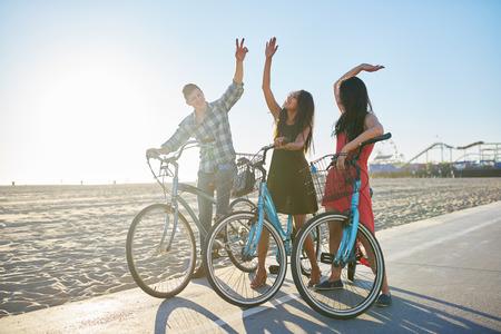 amigos en bicicleta haciendo chocar los cinco juntos