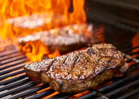 carne asada: asar a la parrilla nuevos lomo de ternera York más de llamas Foto de archivo