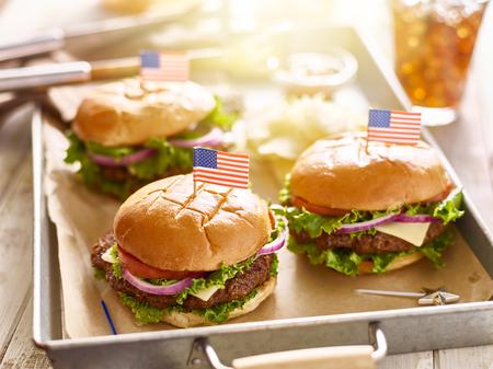 hamburguesas de queso en la bandeja con banderas de 4º tema de julio