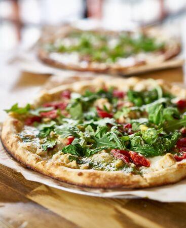 comida italiana: horno auténtica pizza alimentado con salsa de pesto y rúcula