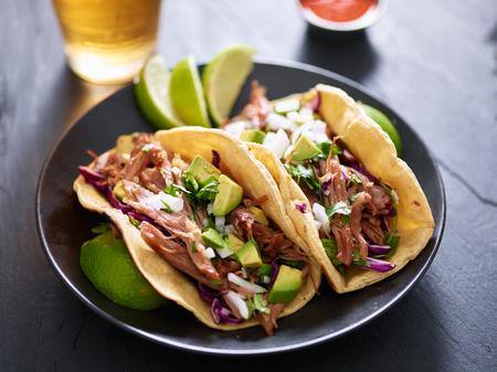 백그라운드에서 맥주와 함께 멕시코 carnita 타코 접시