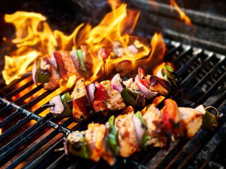불타는 그릴에 치킨 케밥 구이