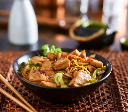 일본어 닭고기 야키소바의 그릇