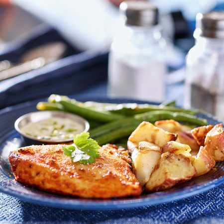 greenbeans: baked chicken and greenbeans with potatoes Stock Photo
