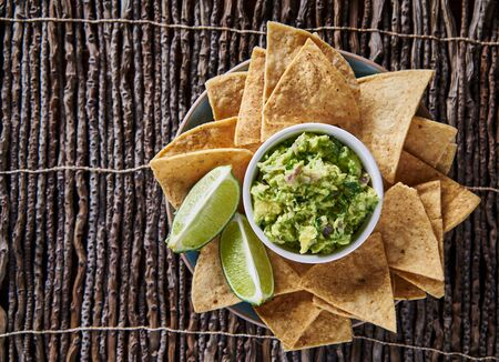 tortilla de maiz: composición laico guacamole y tortillas fritas plana con copyspace