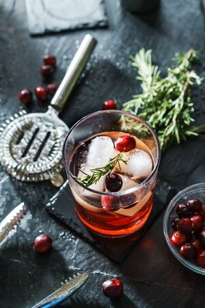 hamd crafted rosemary and cranberry cocktail on slate Banco de Imagens