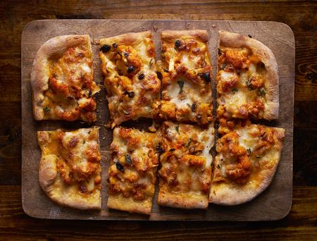 ヘルシーなベジタリアン カリフラワー ピザ組成を上から撮影 写真素材