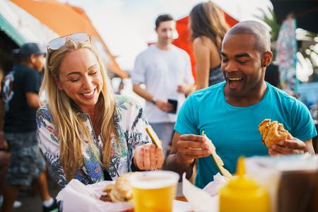 Paar auf dem Essen Essen Gurken und trinken Bier Spaß haben Standard-Bild - 75296579