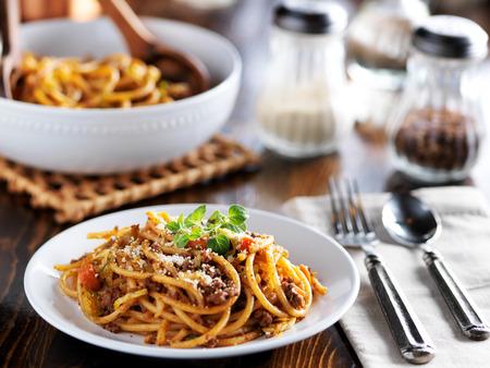 Spaghetti pasta cena en un plato con salsa de carne y orégano