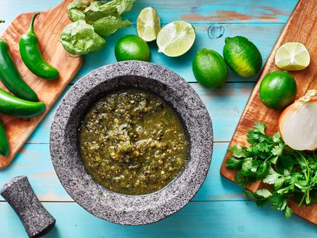Salsa Verde in Steinmolcajete flache Zusammensetzung flat