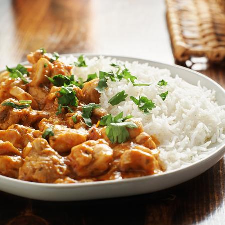 assiette de curry indien avec riz basmati et poulet Banque d'images