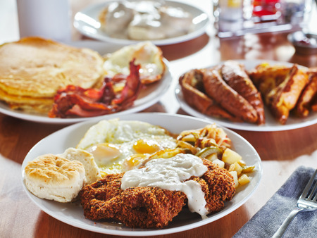 Filete de pollo frito cubierto de salsa con huevos y alimentos para el desayuno