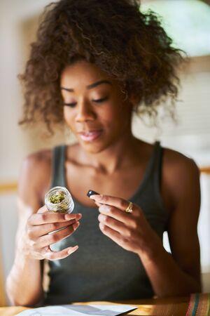 一个非裔美国女人从药房开了一瓶合法大麻
