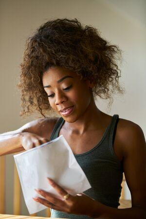 非裔美国妇女打开从药房买来的合法大麻