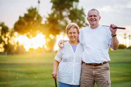 ritratto di felice coppia senior godendo di uno stile di vita attivo giocando a golf