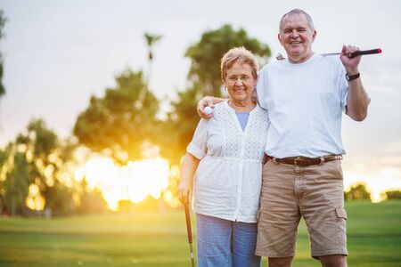 Porträt eines glücklichen Seniorenpaares, das Golf spielt und den Ruhestand genießt Standard-Bild
