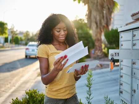 Afroamericana revisando el correo en la comunidad de Las Vegas