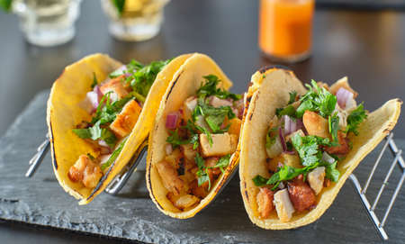 Tasty grilled pineapple and chicken street tacos in metal tray Imagens