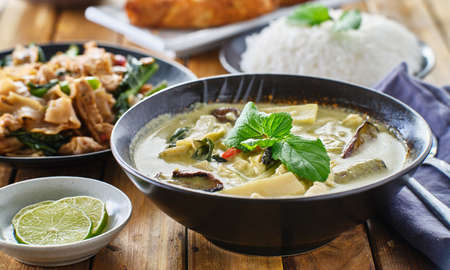 thai green curry with chicken and eggplant in bowl Imagens