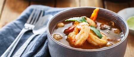 thai tom yum goong soup with shrimp in bowl Imagens